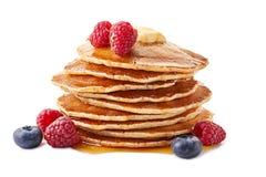 Stapel Pfannkuchen mit Ahornsirup und frischen Beeren auf Weiß stockbild