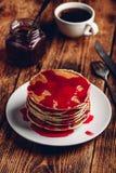 Stapel Pfannkuchen mit Beerenobstmarmelade lizenzfreies stockbild