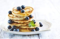 Stapel Pfannkuchen mit Blaubeere und Honig lizenzfreies stockbild