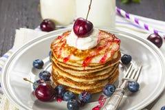 Stapel Pfannkuchen mit frischen Beeren Stockbilder