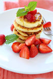 Stapel Pfannkuchen mit frischen Erdbeeren Stockfotos