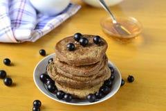 Stapel Pfannkuchen mit frischen Schwarzen Johannisbeeren Lizenzfreie Stockbilder