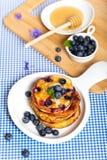 Stapel Pfannkuchen mit frischer Blaubeere Lizenzfreies Stockfoto