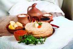 Stapel Pfannkuchen mit rotem und schwarzem Kaviar in einem rustikalen Stillleben Lizenzfreies Stockbild