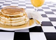 Stapel Pfannkuchen mit Saft Stockfotos