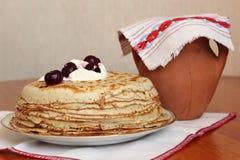 Stapel Pfannkuchen mit Sauerrahm und Kirschen Stockfoto