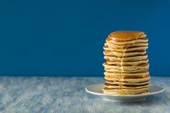 Stapel Pfannkuchen mit Schleifstein lizenzfreie stockfotografie