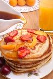 Stapel Pfannkuchen mit Sirup Stockfotografie