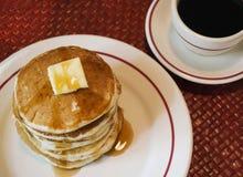 Stapel Pfannkuchen und schwarzer Kaffee stockbild