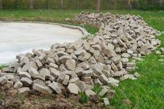 Stapel Pflasterungsmaterial zu errichtendem Fußweg, Hexagonbetonblockziegelstein, Schmutzziegelsteinstein für Gehweg Lizenzfreie Stockfotos
