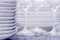 Stapel Platten mit Weingläsern und mehr Platten I Stockfotos
