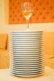 Stapel Platten mit Weinglas Stockbild