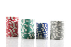 Stapel Pokerchips. über dem Weiß getrennt Stockfotografie