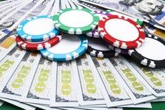 Stapel Pokerchips auf Dollarscheinen, Geld Pokertabelle am Kasino Pokerspielkonzept Spielen eines Spiels mit Würfeln kasino Lizenzfreie Stockfotografie