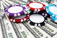 Stapel Pokerchips auf Dollarscheinen, Geld Pokertabelle am Kasino Pokerspielkonzept Spielen eines Spiels mit Würfeln kasino Stockfotografie