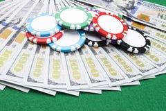 Stapel Pokerchips auf Dollarscheinen, Geld Pokertabelle am Kasino Pokerspielkonzept Spielen eines Spiels mit Würfeln kasino Lizenzfreies Stockbild