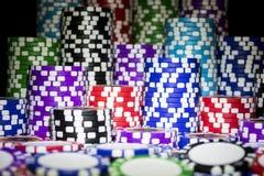 Stapel Pokerchips auf einer grünen Spielpokertabelle am Kasino Pokerspielkonzept Spielen eines Spiels mit Würfeln KASINO-Konzept Lizenzfreies Stockfoto