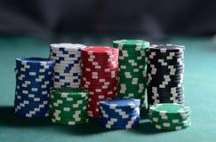 Stapel Pokerchips auf einer grünen Tabelle Stockbild