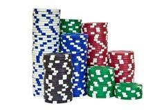Stapel Pokerchips einschließlich Rotes, Schwarzes, weißes, Grünes und Blaues Stockfotografie