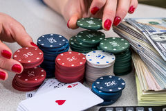 Stapel Pokerchips, Geld, Karte Stockbilder