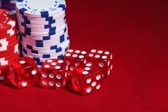 Stapel Pokerchips mit dem Spielen der Knochen Stockfotografie