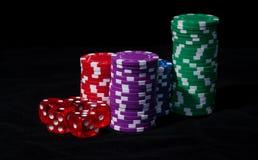 Stapel Pokerchips mit dem Spielen der Knochen Lizenzfreies Stockbild