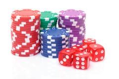 Stapel Pokerchips mit dem Spielen der Knochen Lizenzfreies Stockfoto