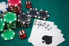 Stapel Pokerchips mit Würfeln und Karten Lizenzfreies Stockfoto
