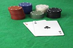 Stapel Pokerchips und Asse stockbilder