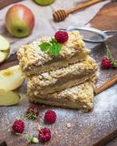 Stapel quadratische Stücke gebackener Apfelkuchen stockfotos