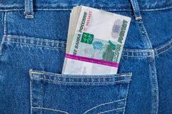 Stapel Rechnungen des russischen Rubels in den Jeans stecken ein Lizenzfreie Stockfotografie