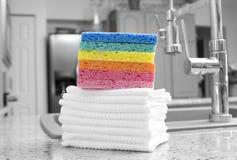 Stapel Regenbogenschwämme und -tücher Lizenzfreie Stockfotos