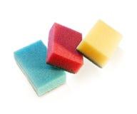 Stapel Reinigungsschwämme des Tellers drei und der Hausarbeit lizenzfreies stockbild