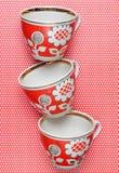 Stapel retro koppen met rode patronen op een tafelkleed whith stippen stock fotografie