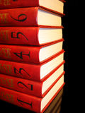 Stapel rode boeken met aantallen op zwarte achtergrond Stock Foto's