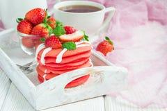 Stapel rode fluweelpannekoeken met yoghurt en aardbei op een houten dienblad, horizontaal, exemplaarruimte Stock Afbeeldingen