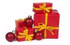 Stapel rode giftdozen en Kerstmisballen Royalty-vrije Stock Afbeeldingen