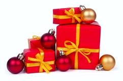 Stapel rode giftdozen en Kerstmisballen Royalty-vrije Stock Fotografie