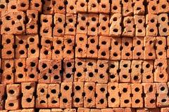 Stapel rohe Lochziegelsteine bereiten sich für Aufbau vor Lizenzfreie Stockfotografie