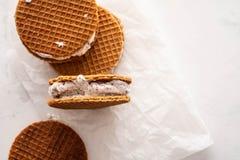 Stapel roomijssandwiches met koekjes op een witte achtergrond worden geïsoleerd die De ruimte van het exemplaar stock afbeelding