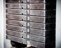 Stapel rostige Metallgewichte in der Turnhallenbodybuildingausrüstung Lizenzfreies Stockfoto