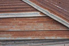 Stapel rostiges Wellblechmetall lizenzfreie stockbilder