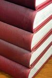 Stapel rote Nachschlagbücher Lizenzfreie Stockfotografie