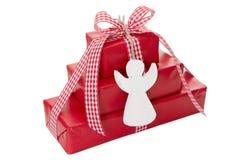 Stapel rote Weihnachtsgeschenke mit weißem Engel lokalisiert auf whi Lizenzfreie Stockbilder