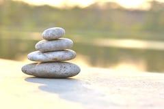 Stapel runde glatte Steine auf einer Küste Lizenzfreies Stockbild