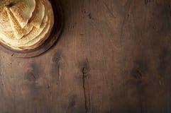 Stapel russischen Pfannkuchen Blini auf einem hölzernen Hintergrund lizenzfreie stockfotos