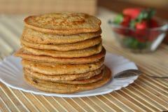 Stapel süße Pfannkuchen mit Erdbeeren Stockbild
