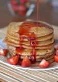 Stapel süße Pfannkuchen mit Erdbeeren und Sirup Stockbild