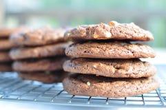 Stapel süßen Schokolade des Doppelten der halb und des weißen Schokoladenplätzchens Stockfotografie