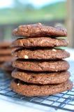 Stapel süßen Schokolade des Doppelten der halb und des weißen Schokoladenplätzchens Lizenzfreie Stockfotografie